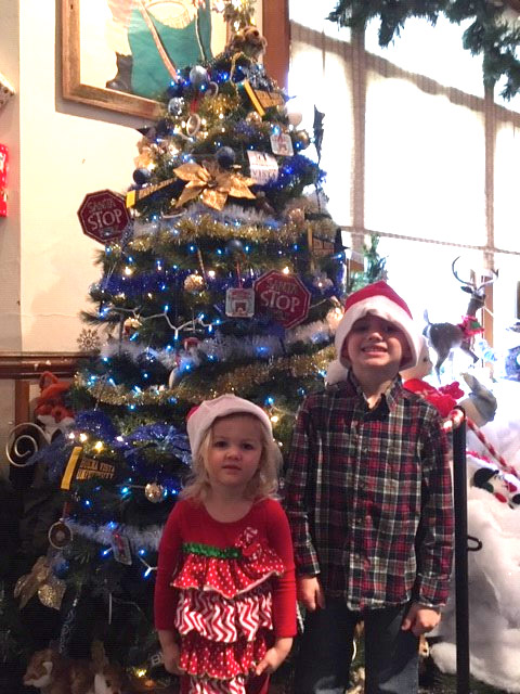 Children in front of a Christmas tree